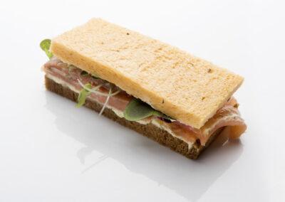 Mini-sandwich-de-salmón-mahonesa-de-eneldo-y-brotes_low