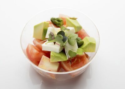 Tarrina-de-ensalada-de-tomate-aguacate-y-queso-fresco-1030x687