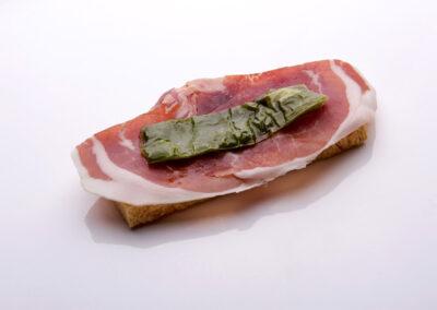 Tosta-de-jamon-iberico-con-pimiento-verde_low