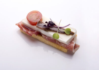 Tosta-de-queso-fresco-ibérico-tomate-y-anchoa_low